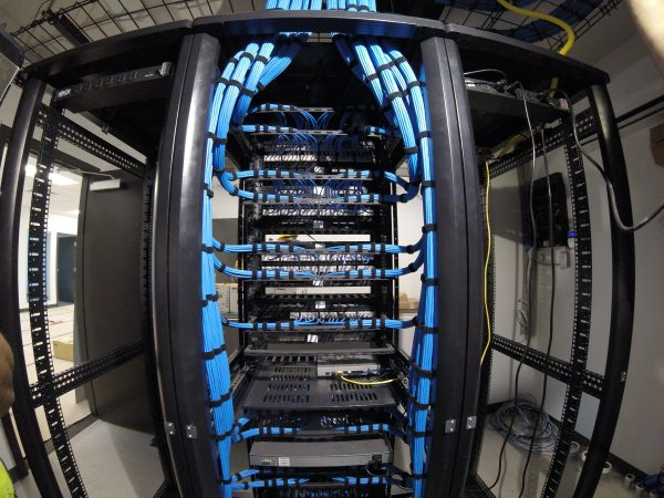 Dressed blue cat6 in middle server rack - Bluewire